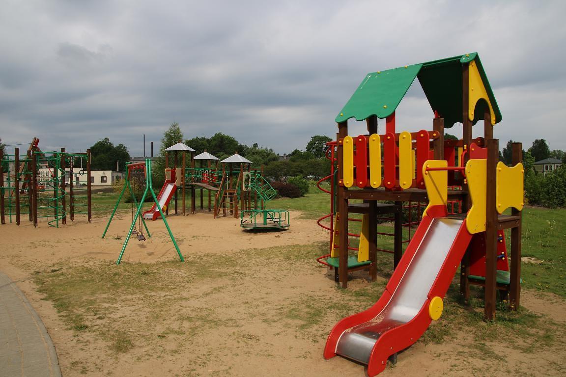 Atjauno bērnu rotaļu laukumu