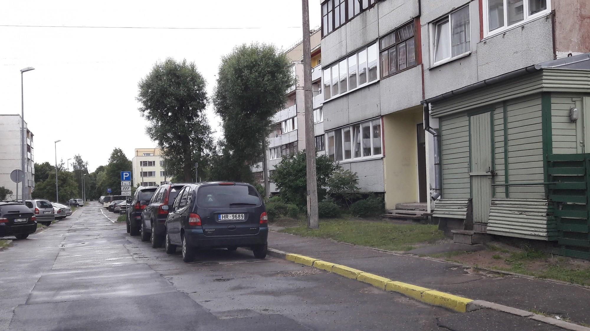 Dzeltenās līnijas Ugāles ielā ir nelikumīgas, tās būs jālikvidē