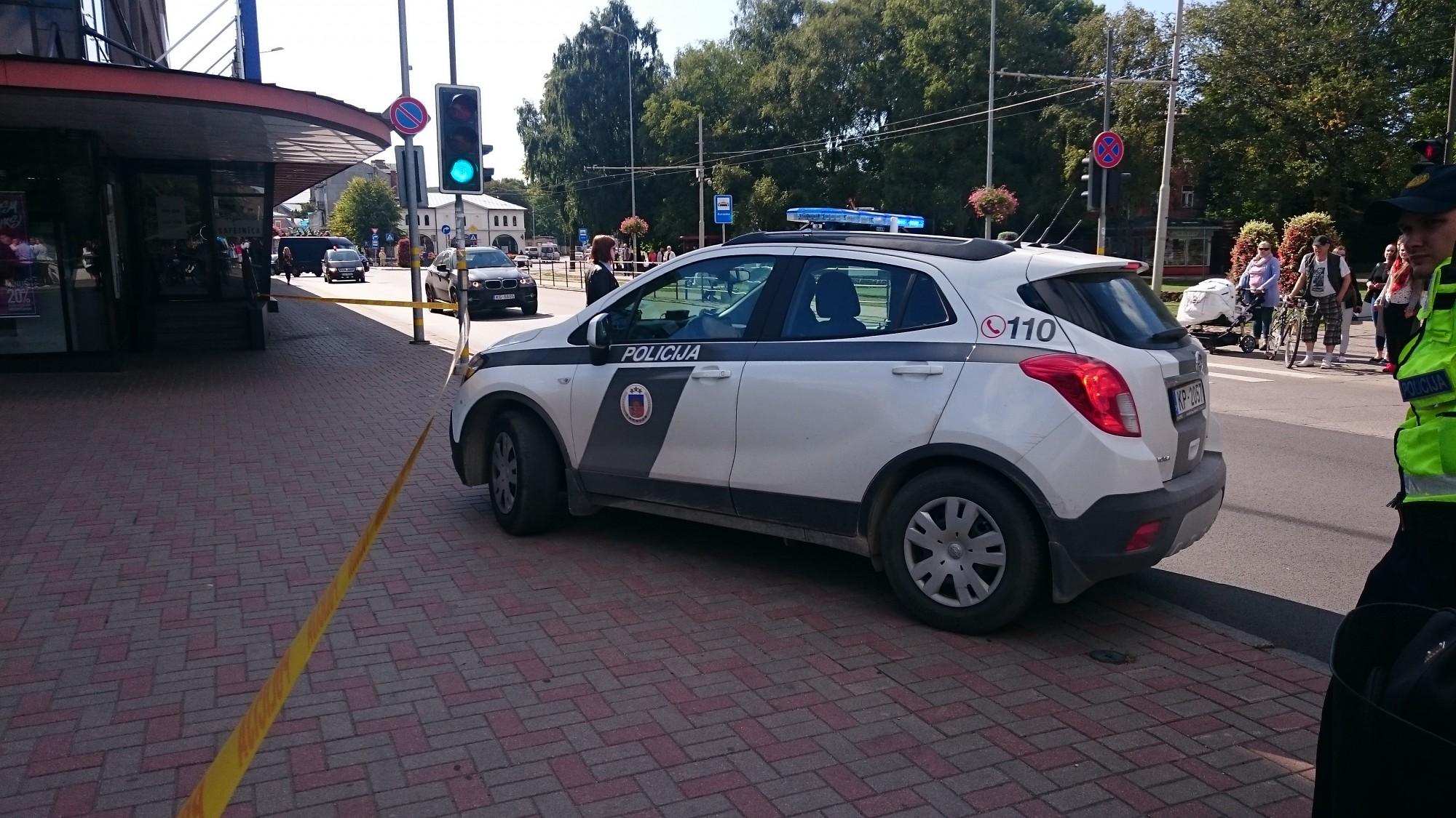 """Papildināts – Tirdzniecības centrs """"Kurzeme"""" atsācis darbu; apdraudējums netika konstatēts"""