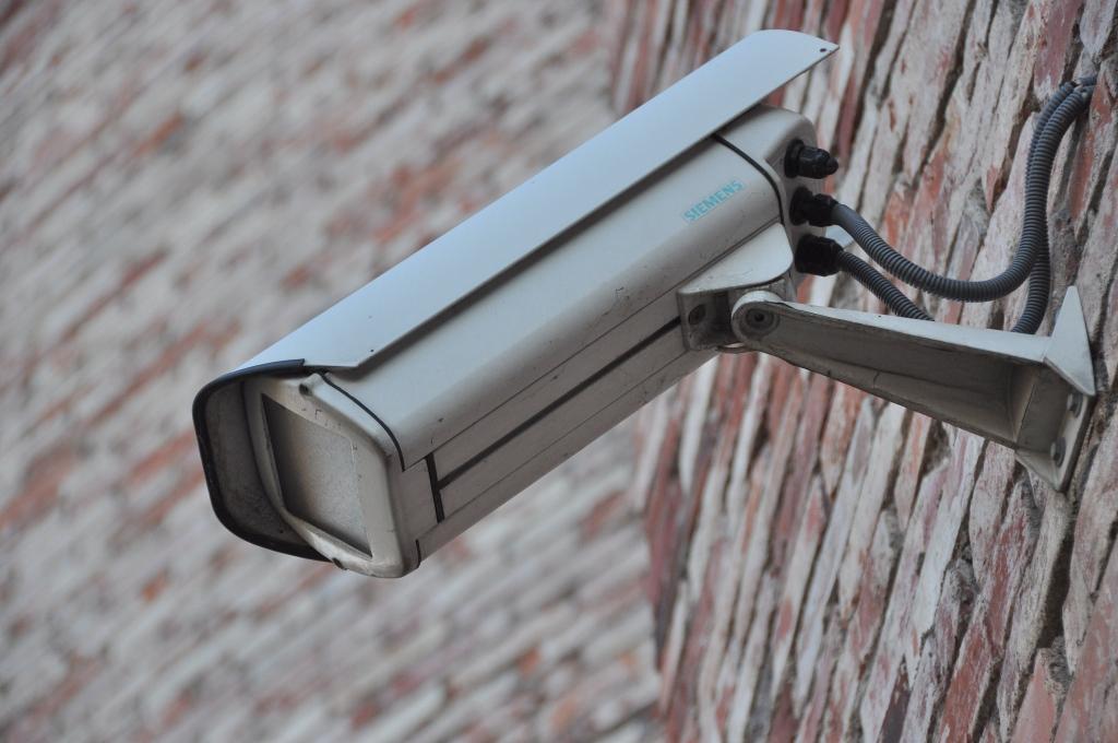 Vāc parakstus par videonovērošanas ieviešanu lielveikalu stāvvietās