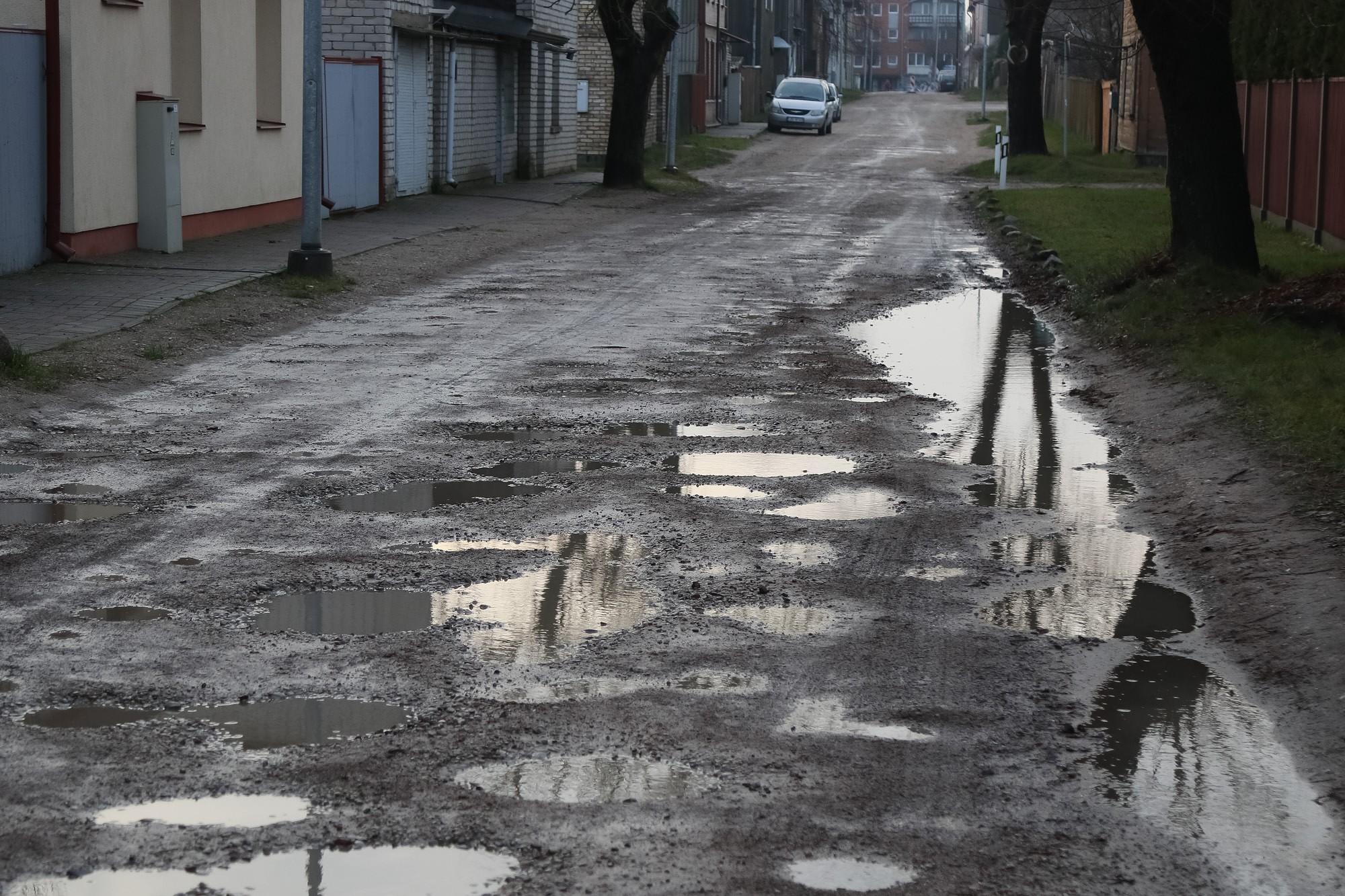Ilgstošā lietus dēļ grants ielas ir kritiskā stāvoklī