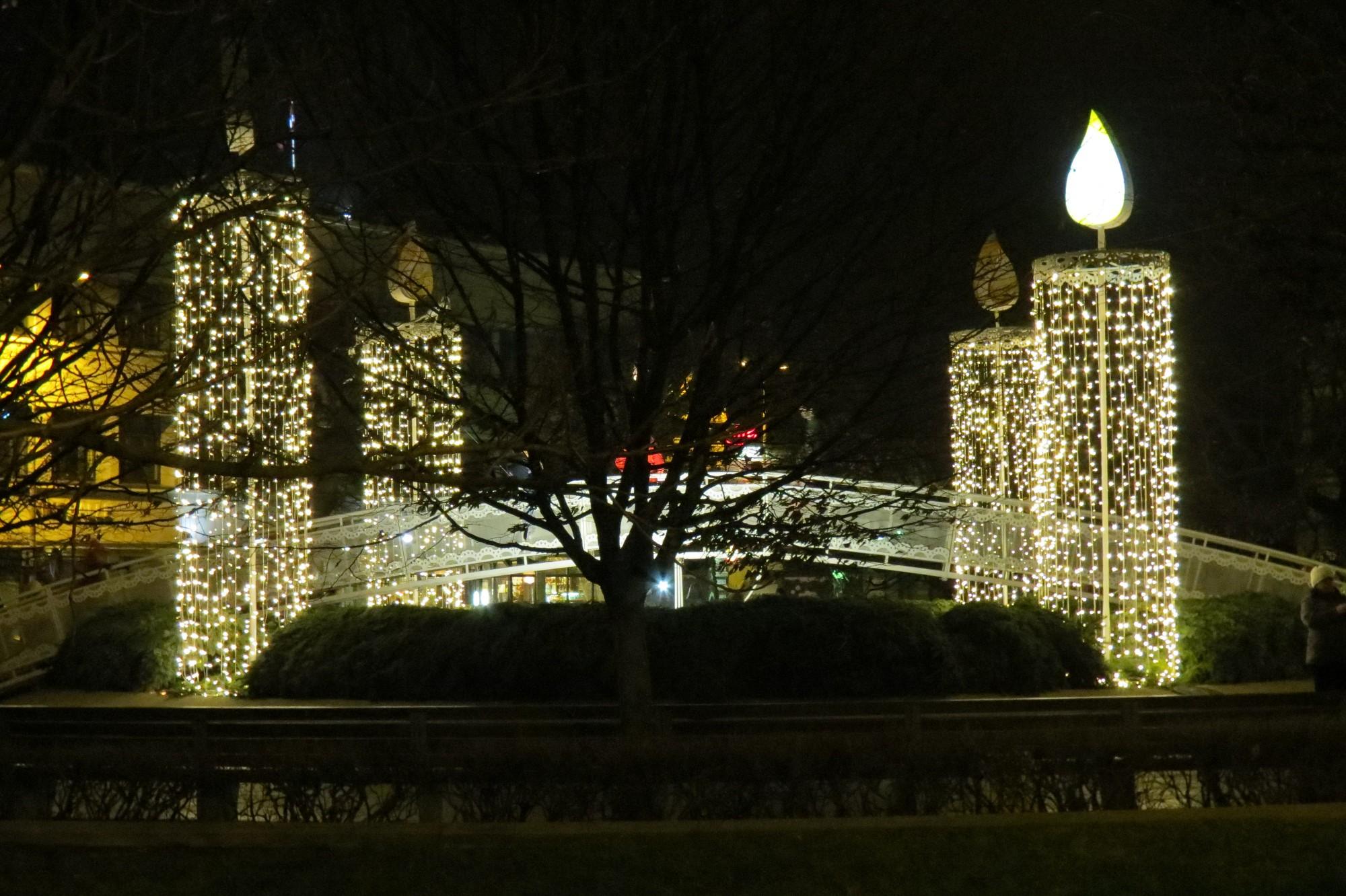 Pilsētā uzstāda Ziemassvētku rotājumus