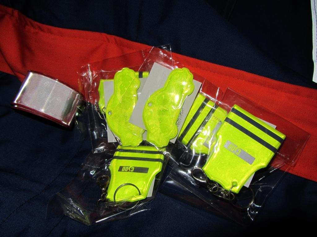 Lai uzlabotu bērnu drošību uz ceļa, Grobiņas novada skolās dala atstarojošās vestes