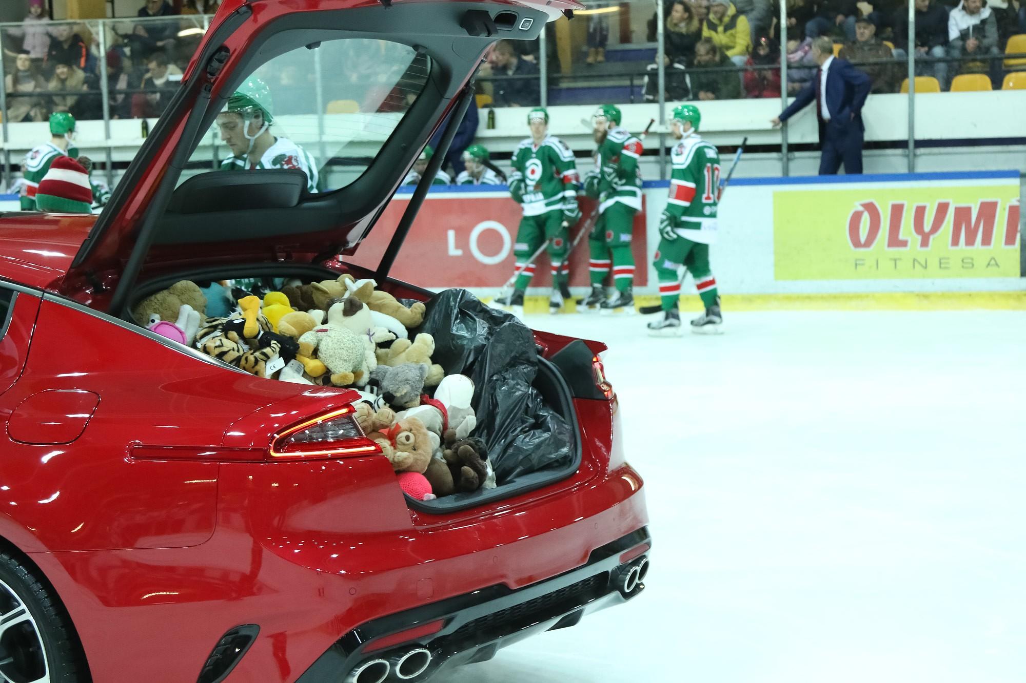 Hokejisti iepriecina bērnus