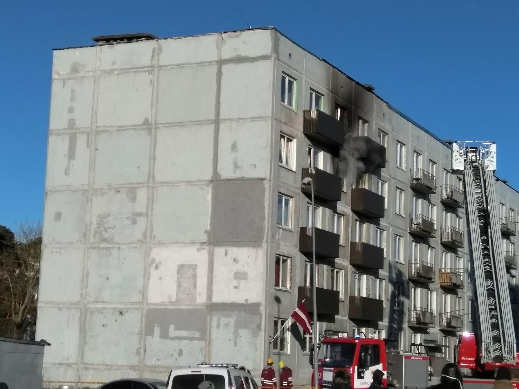 Papildināts – Ugunsnelaime daudzdzīvokļu ēkā Karostā dzēš vienu dzīvību, septiņas izdodas glābt