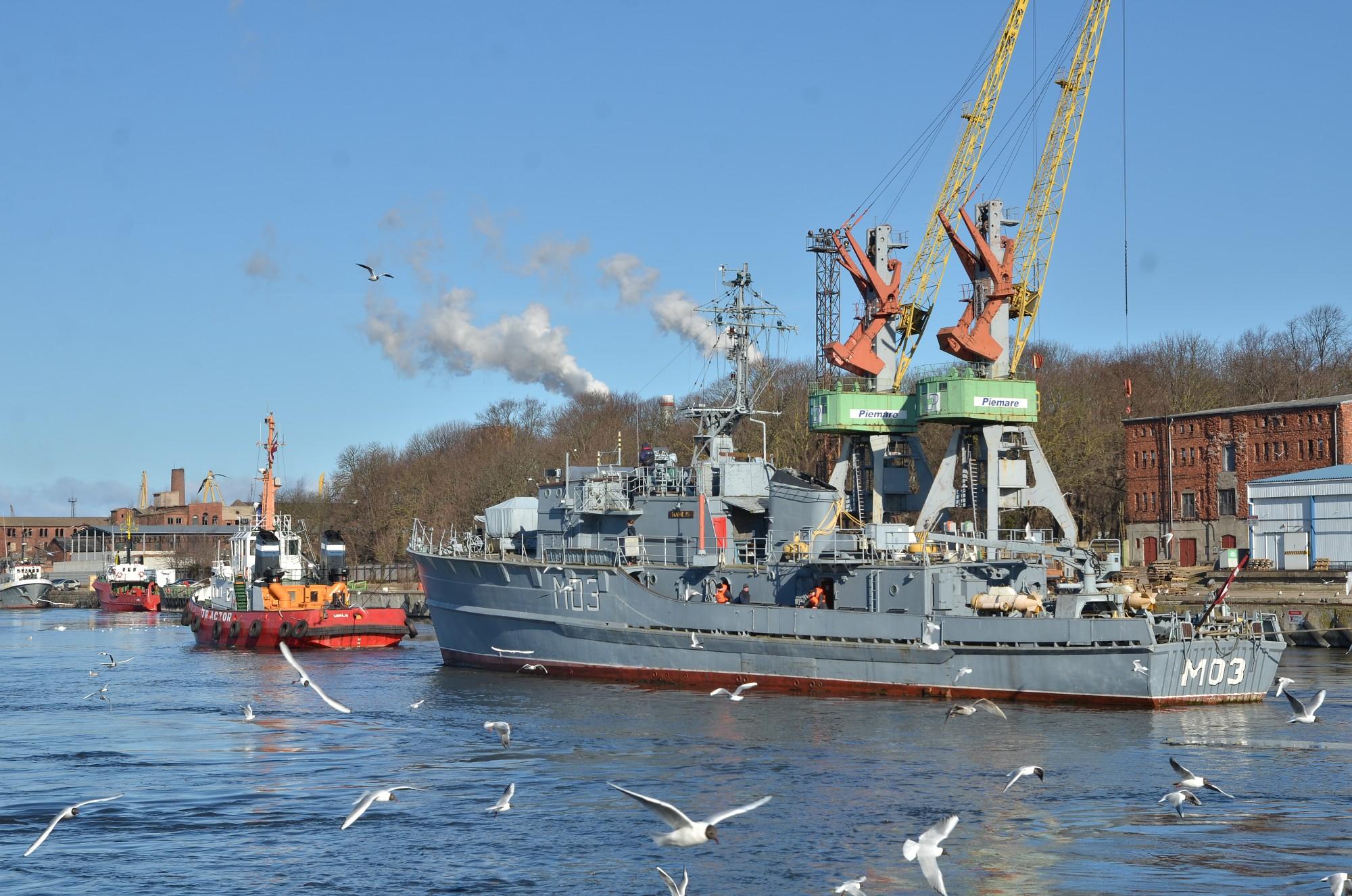 Jūrniecības koledžas mācību kuģi nogādā uz remontu