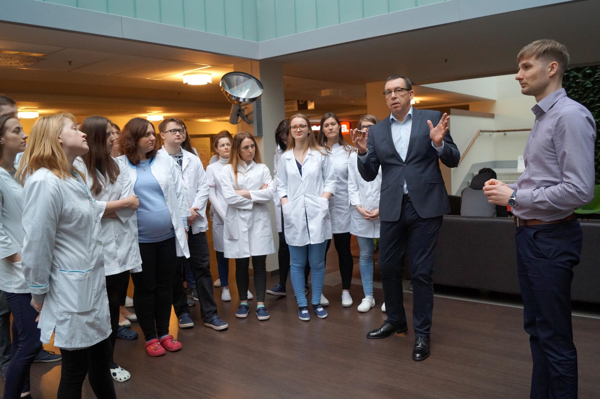 Slimnīcu apmeklē topošie infektologi un reanimatologi