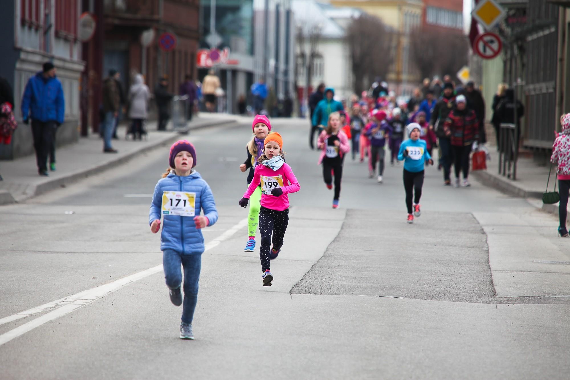 Skolēni gatavojas pusmaratona pirmajam posmam
