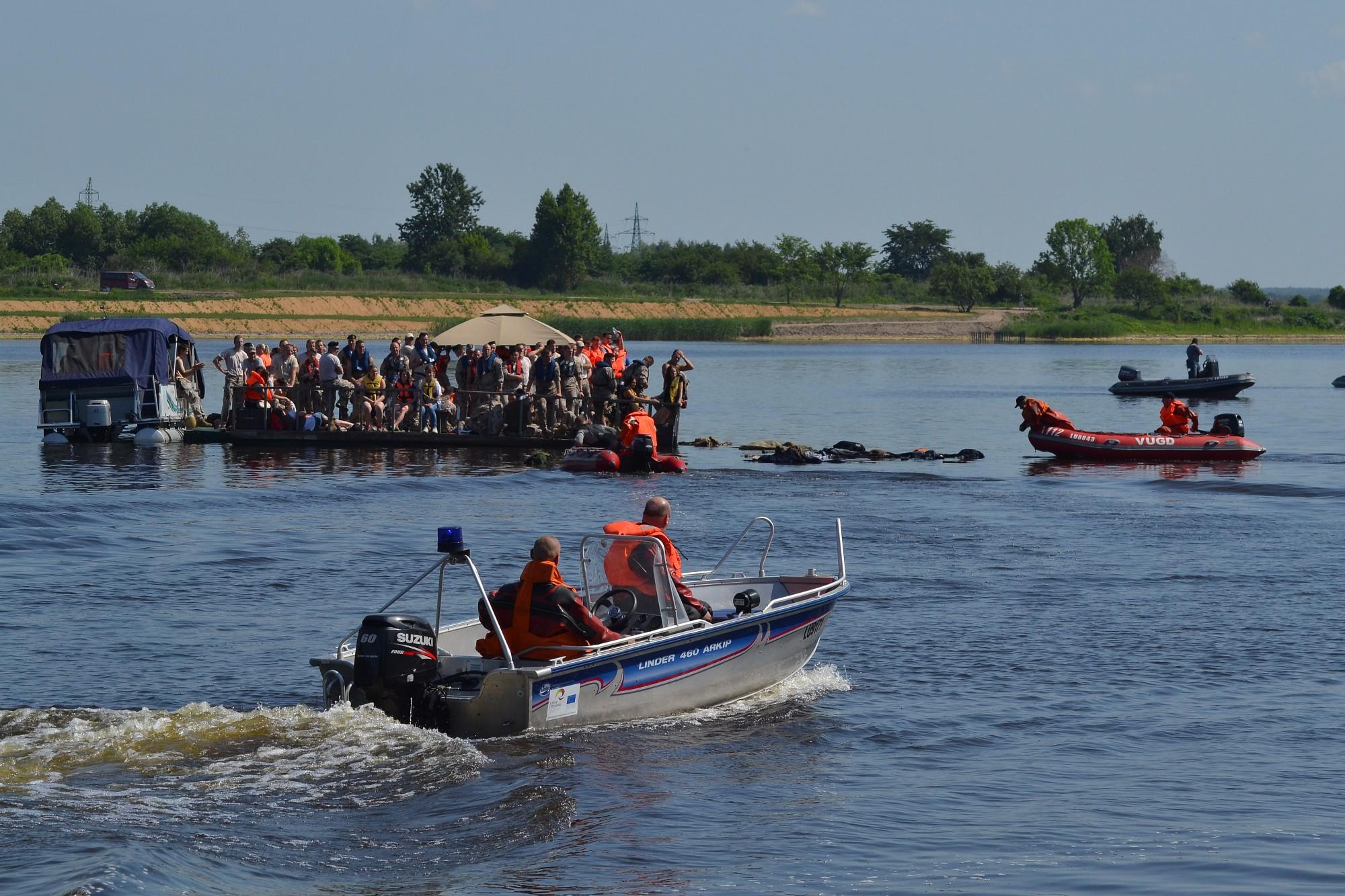 Lidmašīna ezerā, jāglābj izdzīvojušie