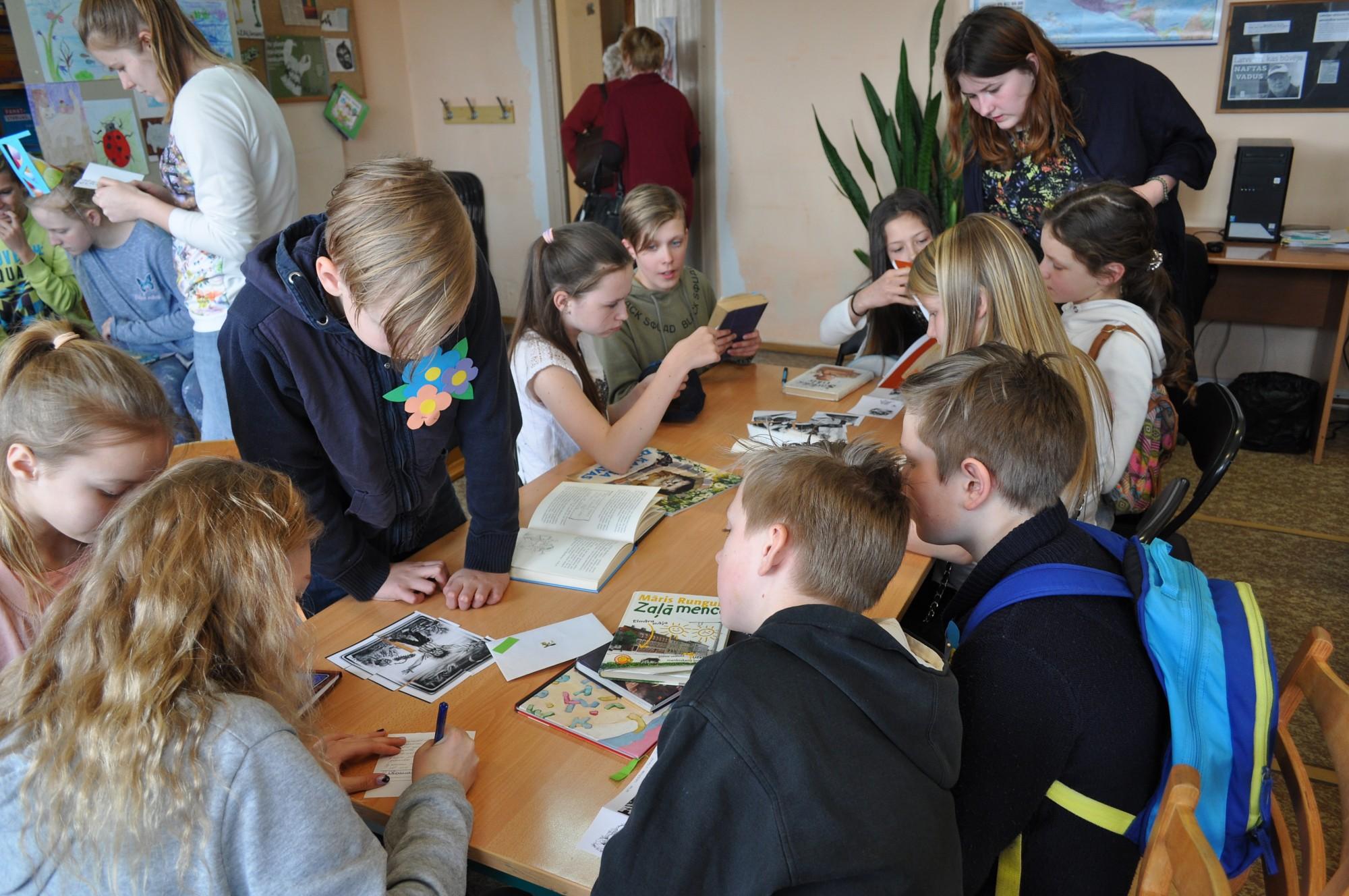 Skolēni piedalās lasīšanas konkursā
