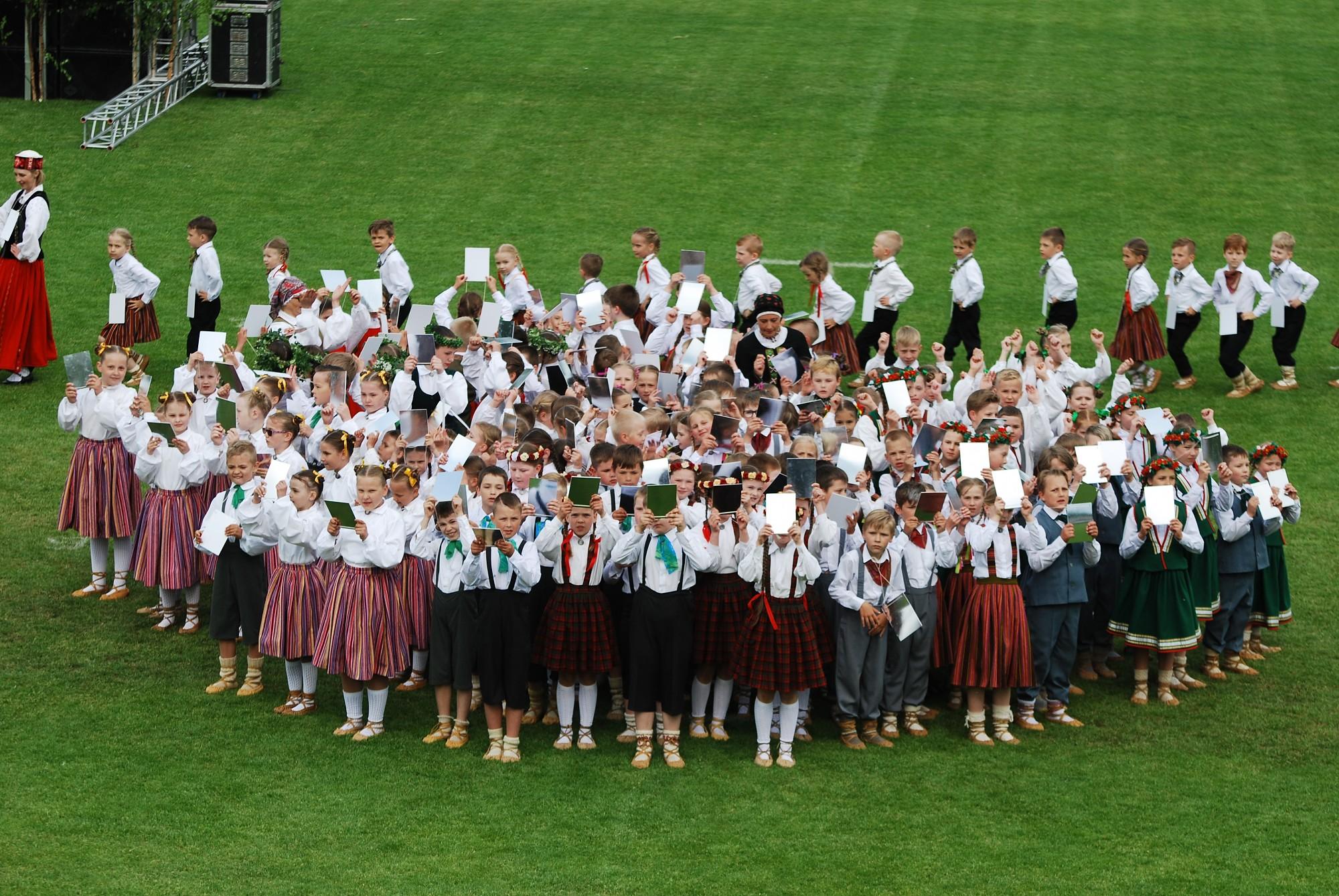 Tautas deju lielkoncerts un svētku dalībnieku gājiens