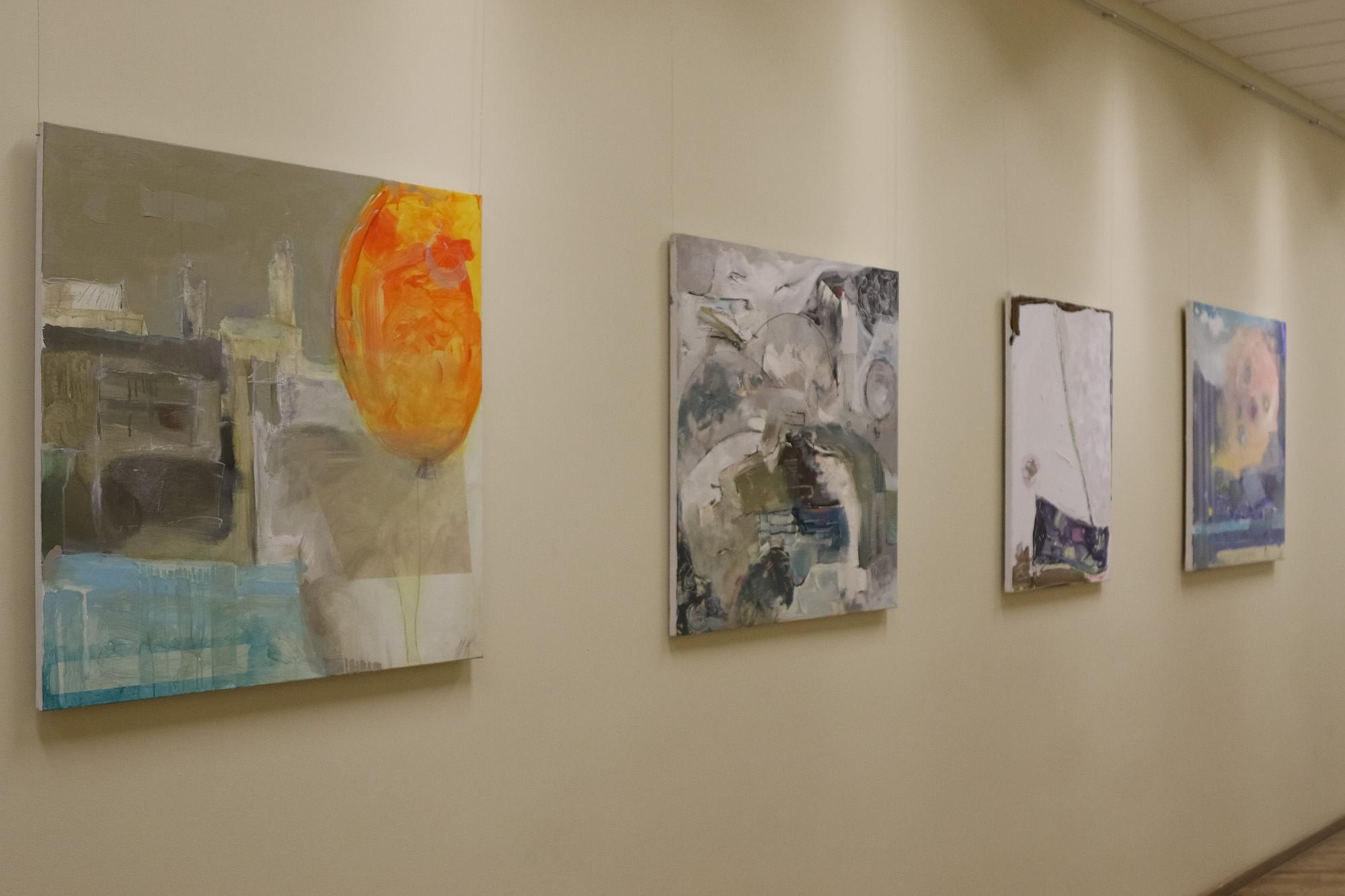 Universitātes gaitenī atklāj Mārtiņa Krūmiņa gleznu izstādi