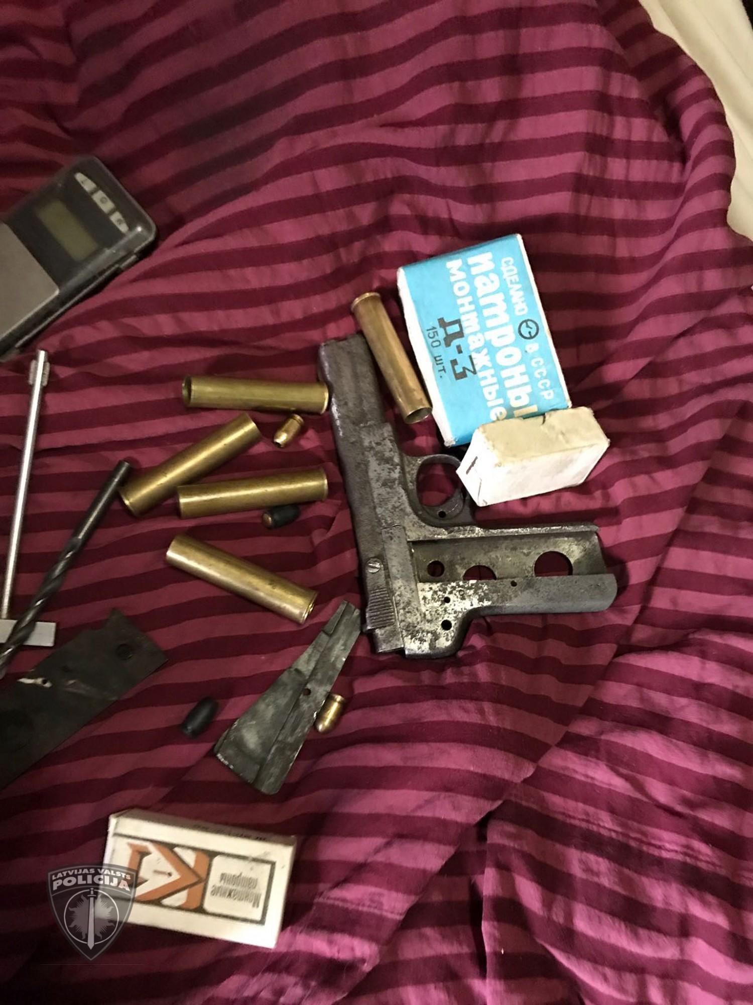 Izņem šaujamieročus un narkotiskās vielas; aizturētas četras personas