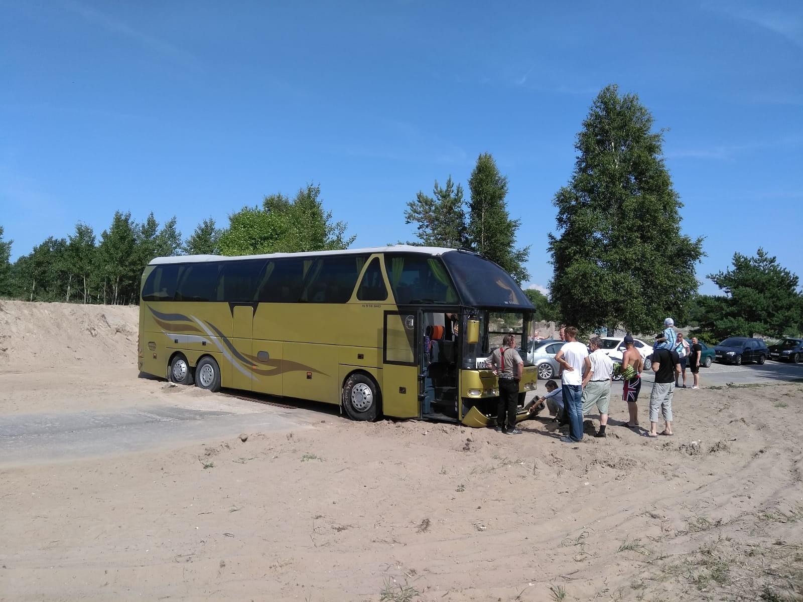 Tūristu autobuss pie mola iestieg smiltīs