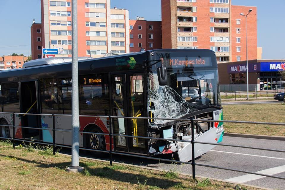 """""""Opel"""" krustojumā iebrauc pie sarkanās gaismas un taranē satiksmes autobusu"""