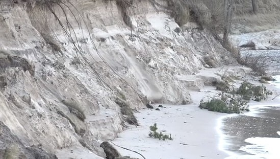 Brūkoša kāpa un viļņi izdzēš divu bērnu dzīvības