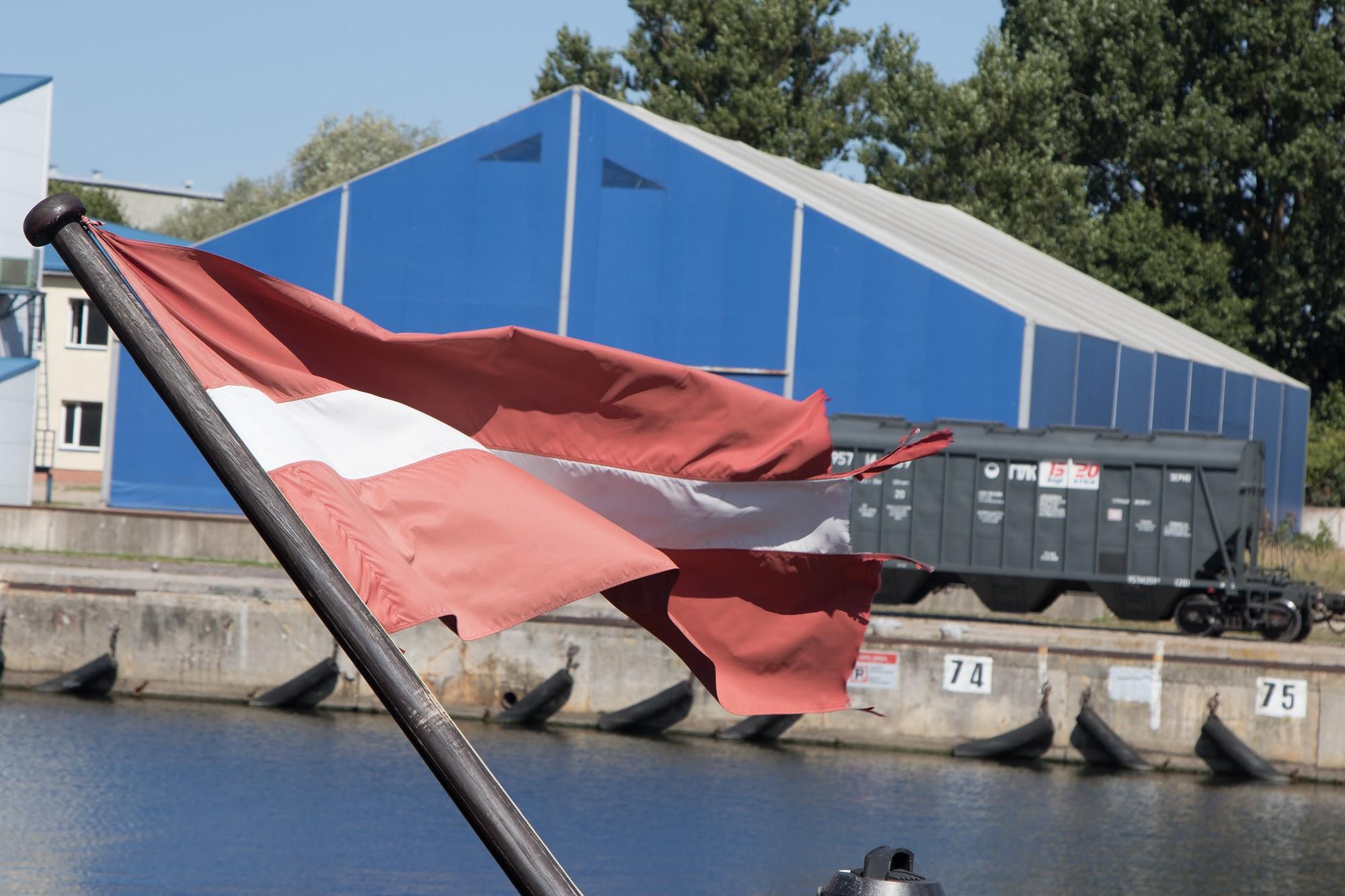 Arī uz kuģa nevar pacelt melnu un caurumainu karogu