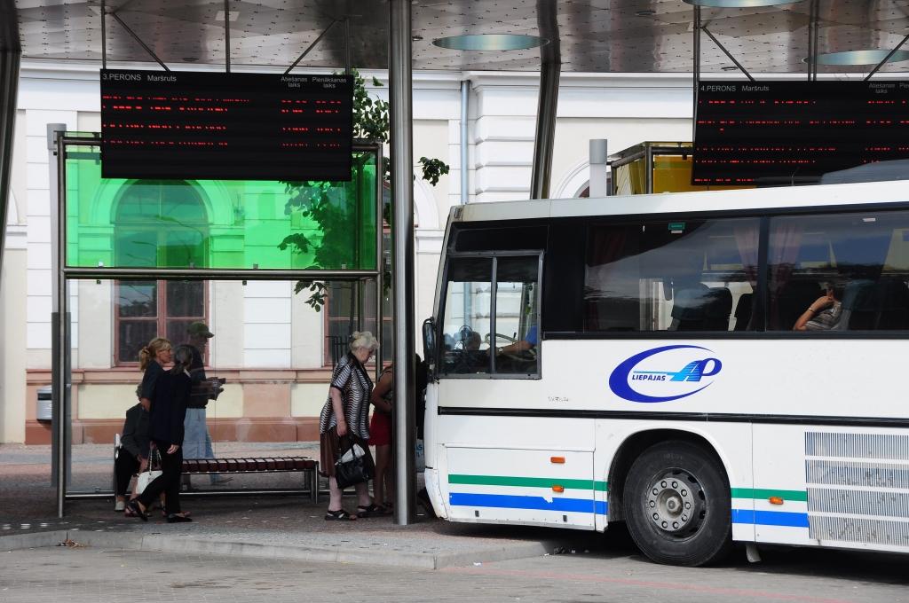 Autobusu parka šoferi piketēs