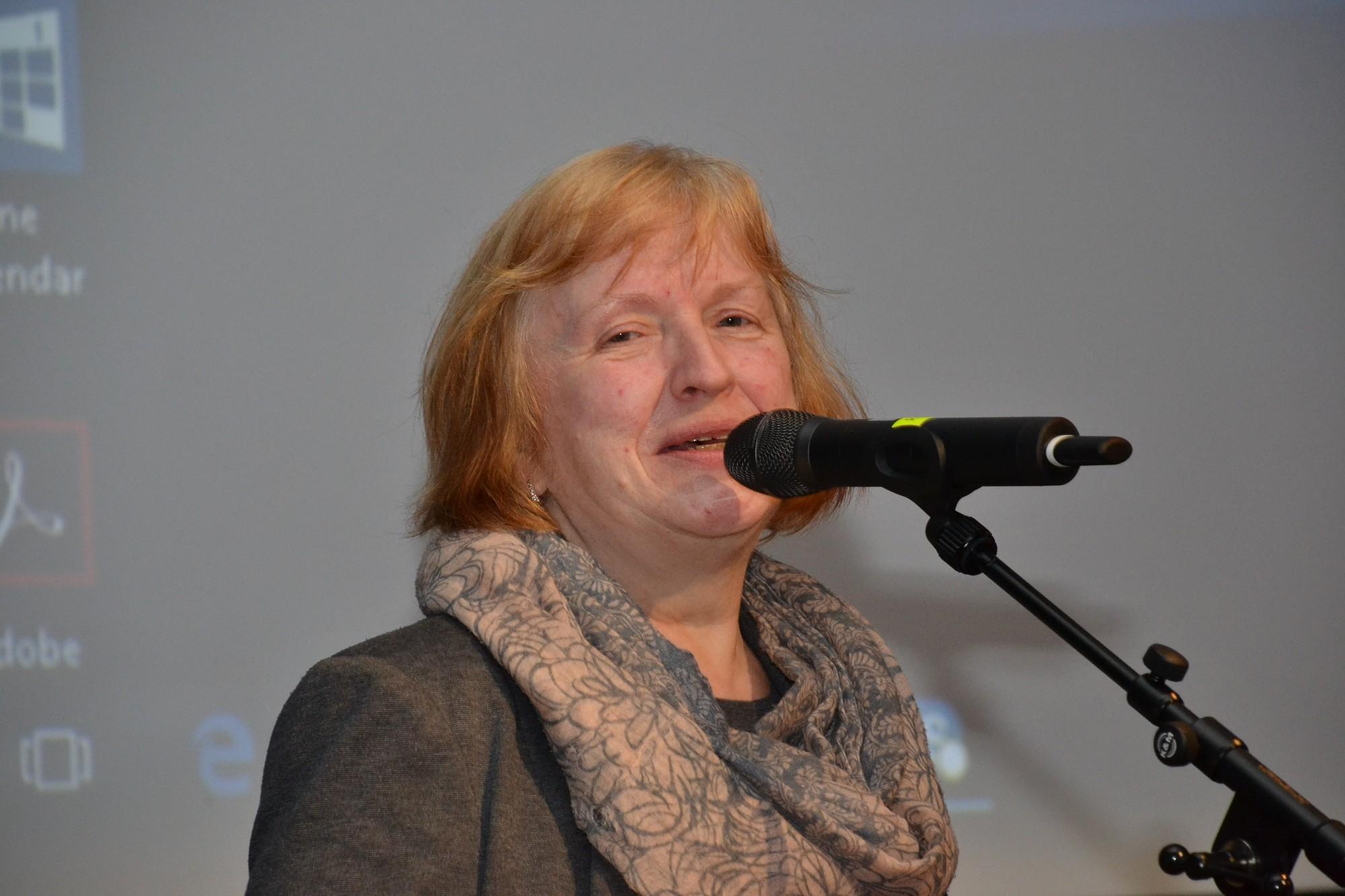 """Dzejas dienu balvu saņem Gunta Šnipke par krājumu """"Ceļi"""""""