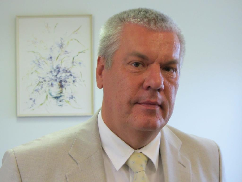 Bez opozīcijas atbalsta ļauj Ārim Ozoliņam savienot amatus
