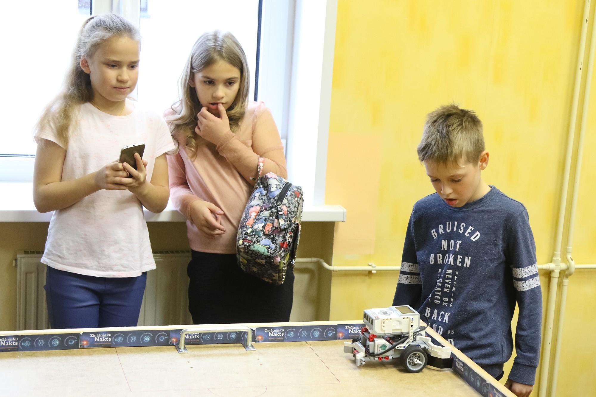 Turnīrs ar pašu būvētiem robotiem