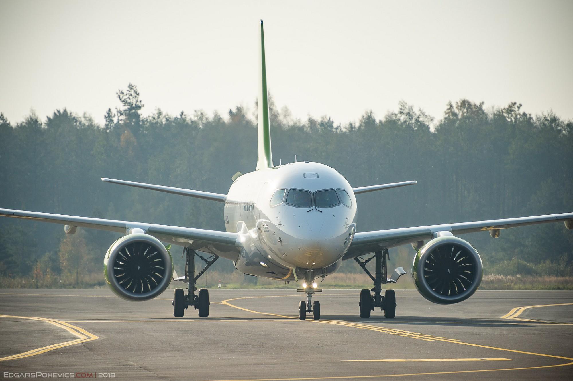 """Liepājas lidostā nosēžas gaisa kuģis """"Airbus A220-300"""""""