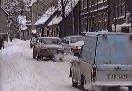 Tā tolaik dzīvojām: Naudas trūkuma dēļ skolās nav apkures, ziemā netiek tīrītas ielas