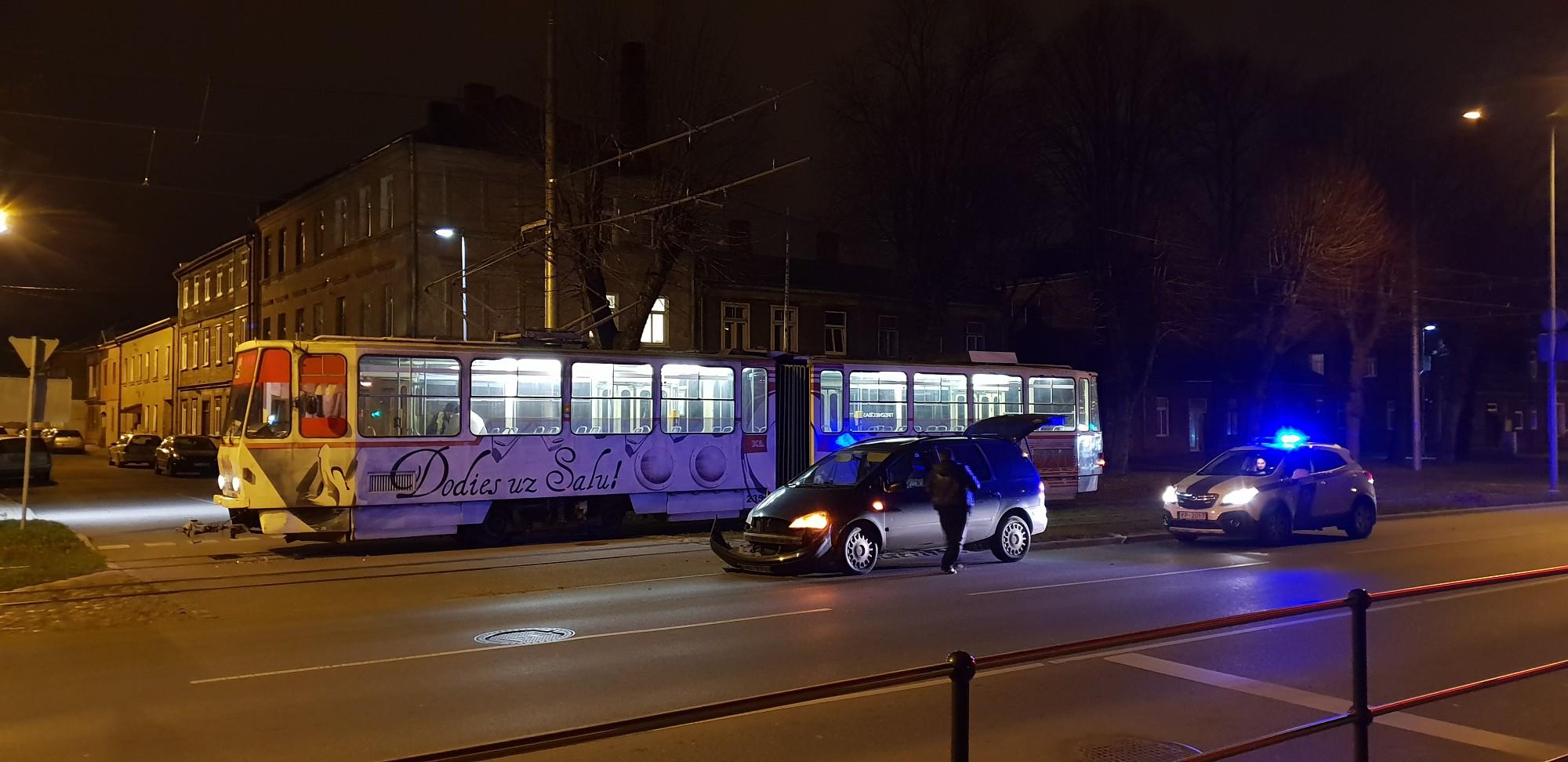 Ar tramvaju spēkojas Tērauda un Brīvības ielas krustojumā
