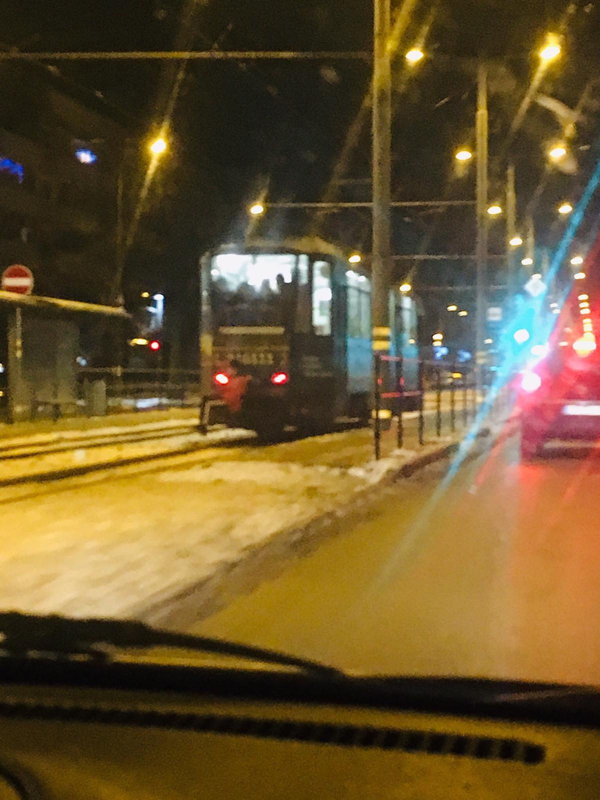Vizināšanos uz tramvaja sakabes uzskata par izklaidi