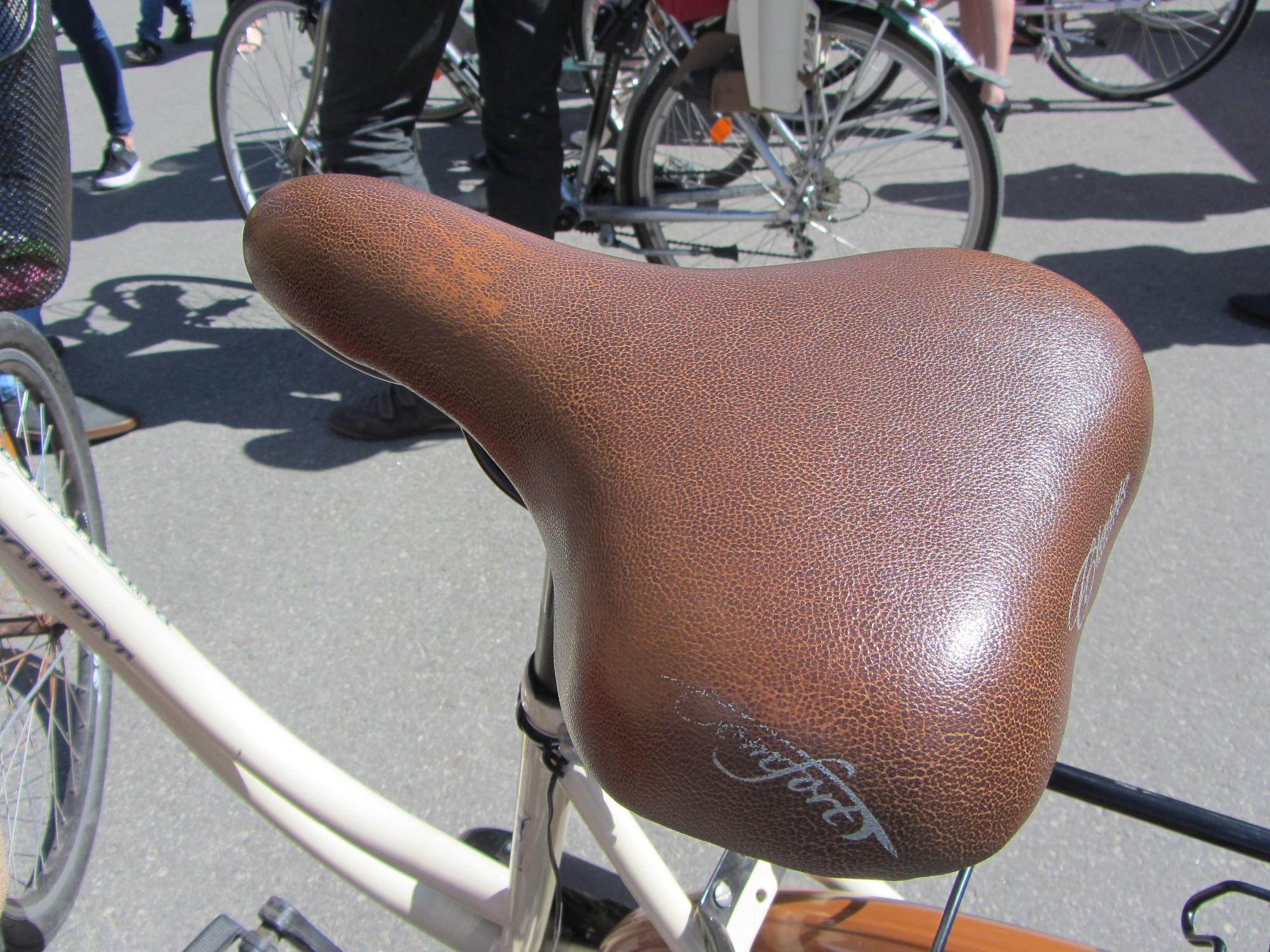 Papildināts – Aiznes saslēgtu velosipēdu un apzog neaizslēgtu auto