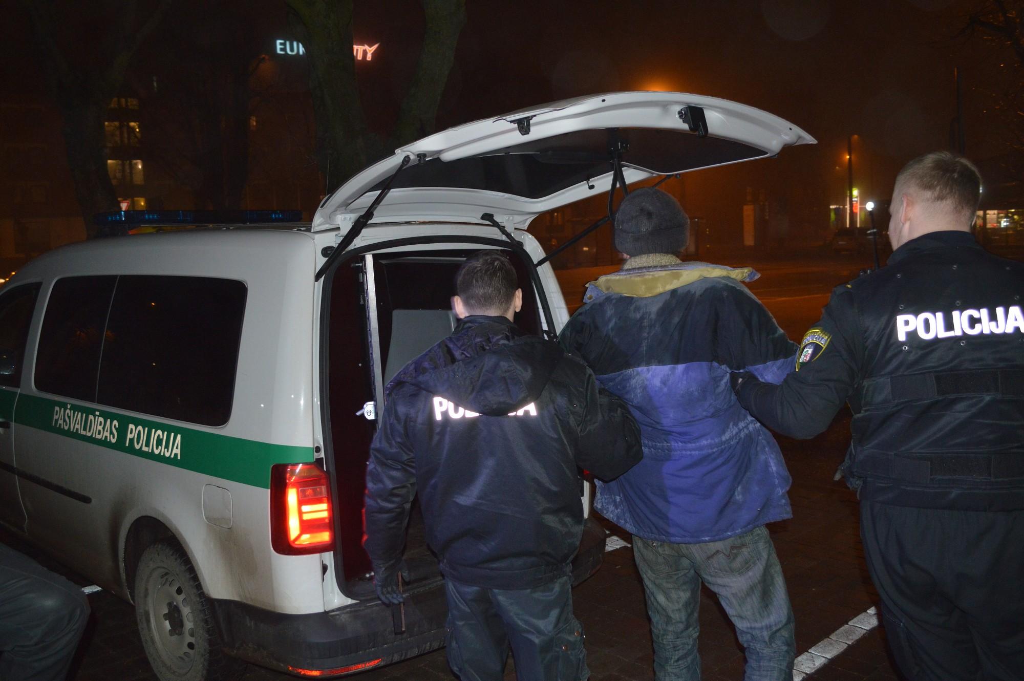 Reibumā krīt arī pie policijas ēkas