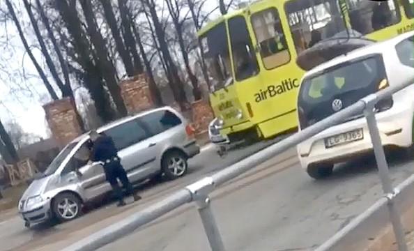 Negriež ceļu tramvajam