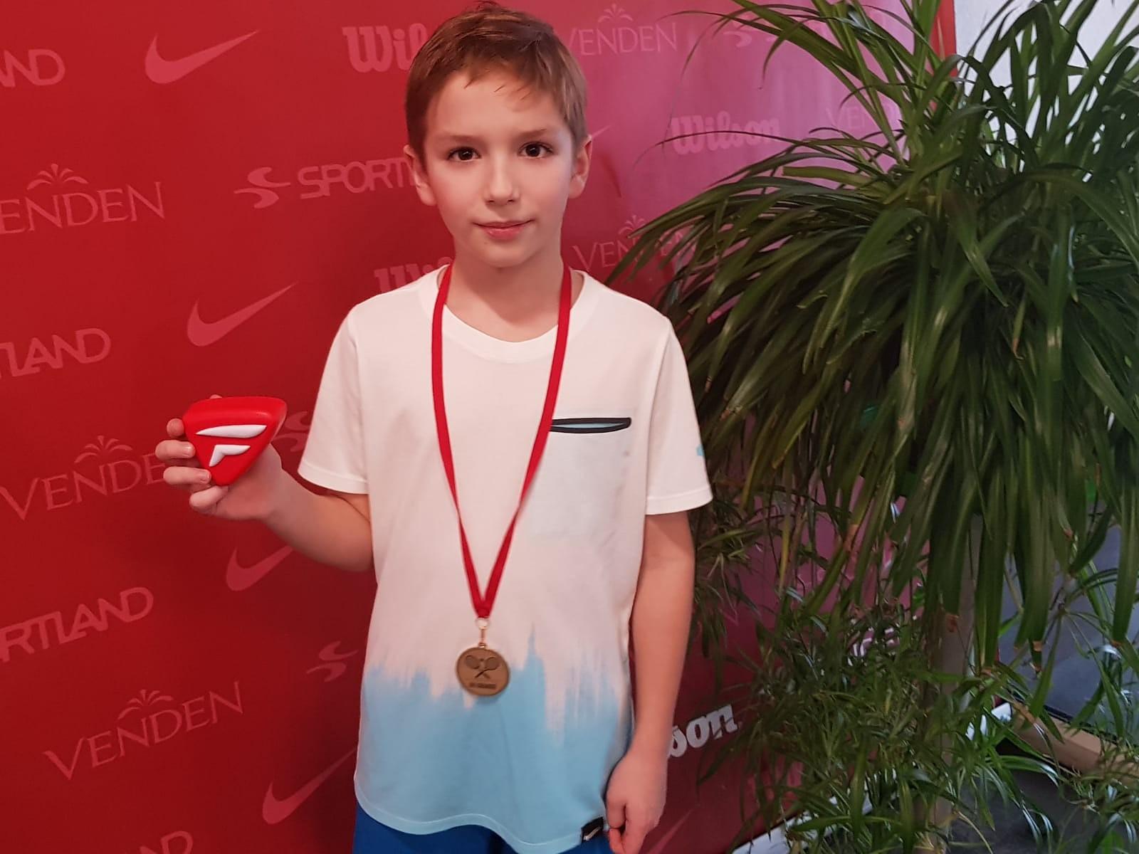 Jaunie tenisisti Jelgavā izcīna zeltu un bronzu
