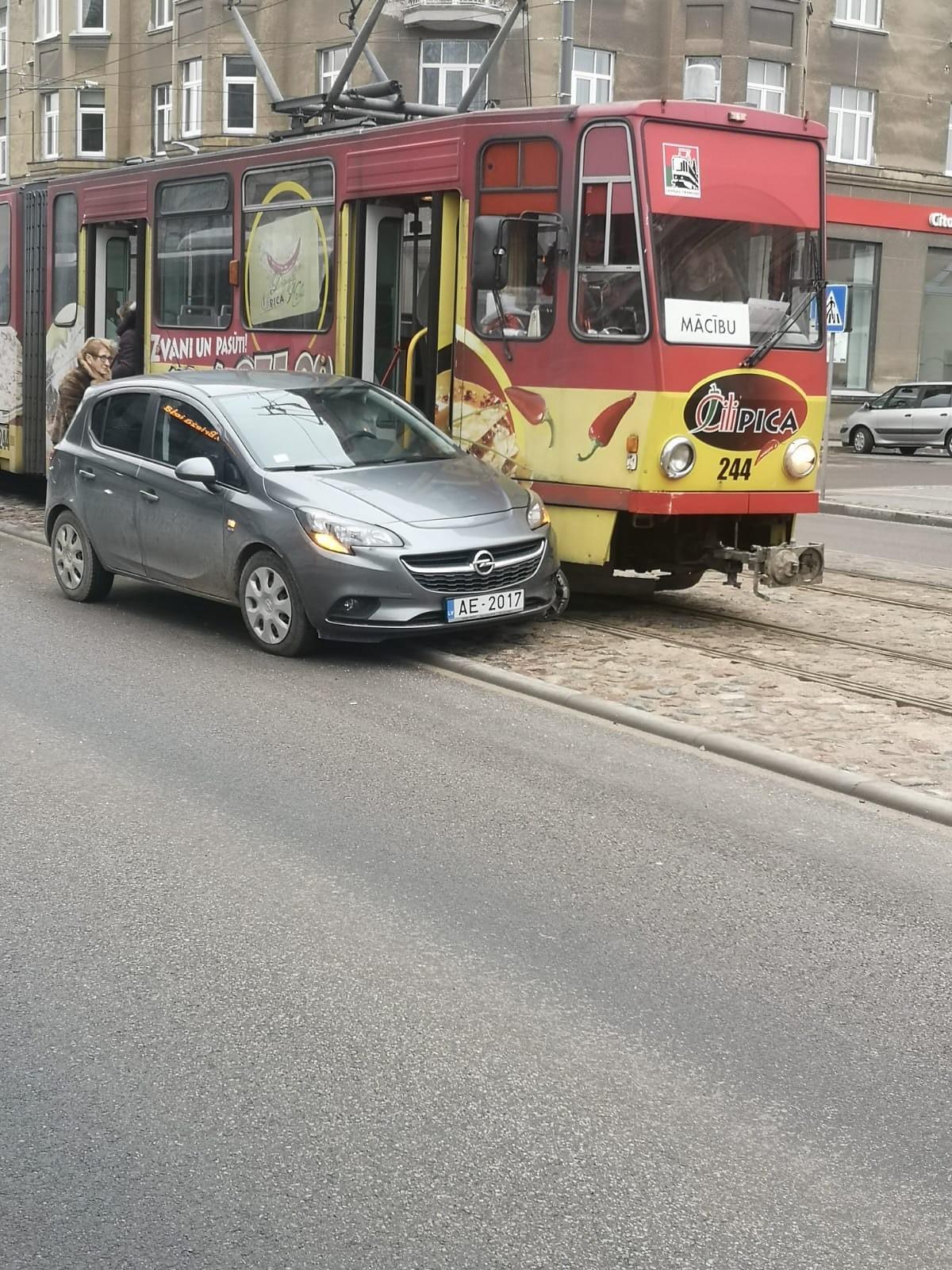 "Kundze ar ""Opel"" nedod ceļu tramvajam"