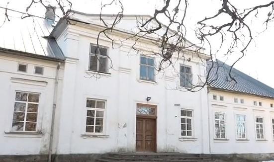 Bijušai skolas ēkai – senai muižai – dod jaunu dzīvi