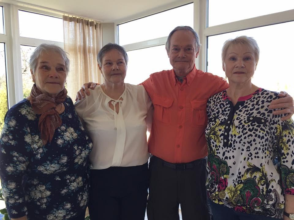 Brālis vecumdienās tiek pie četrām māsām
