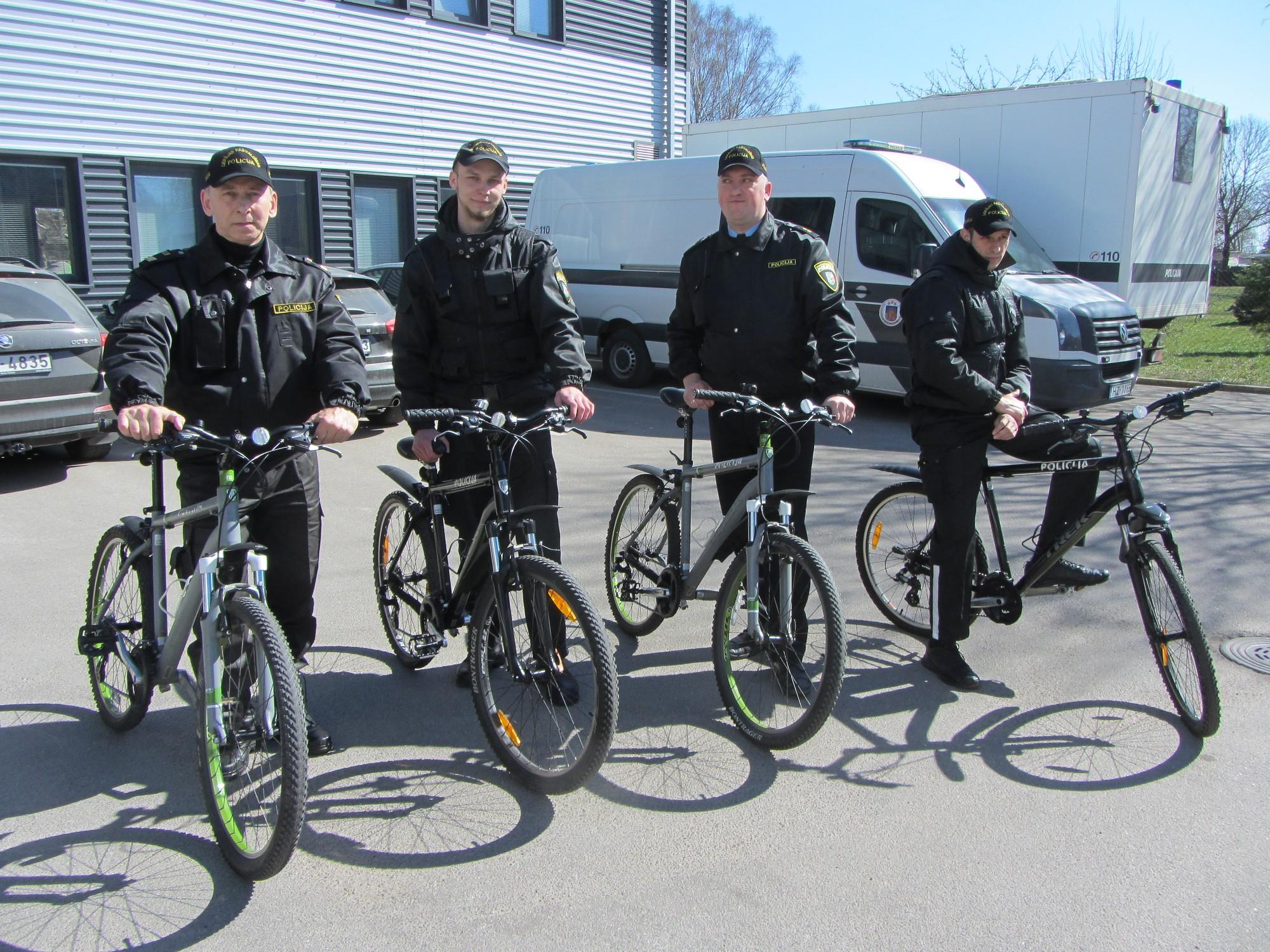 Policisti patrulē ar jauniem velosipēdiem