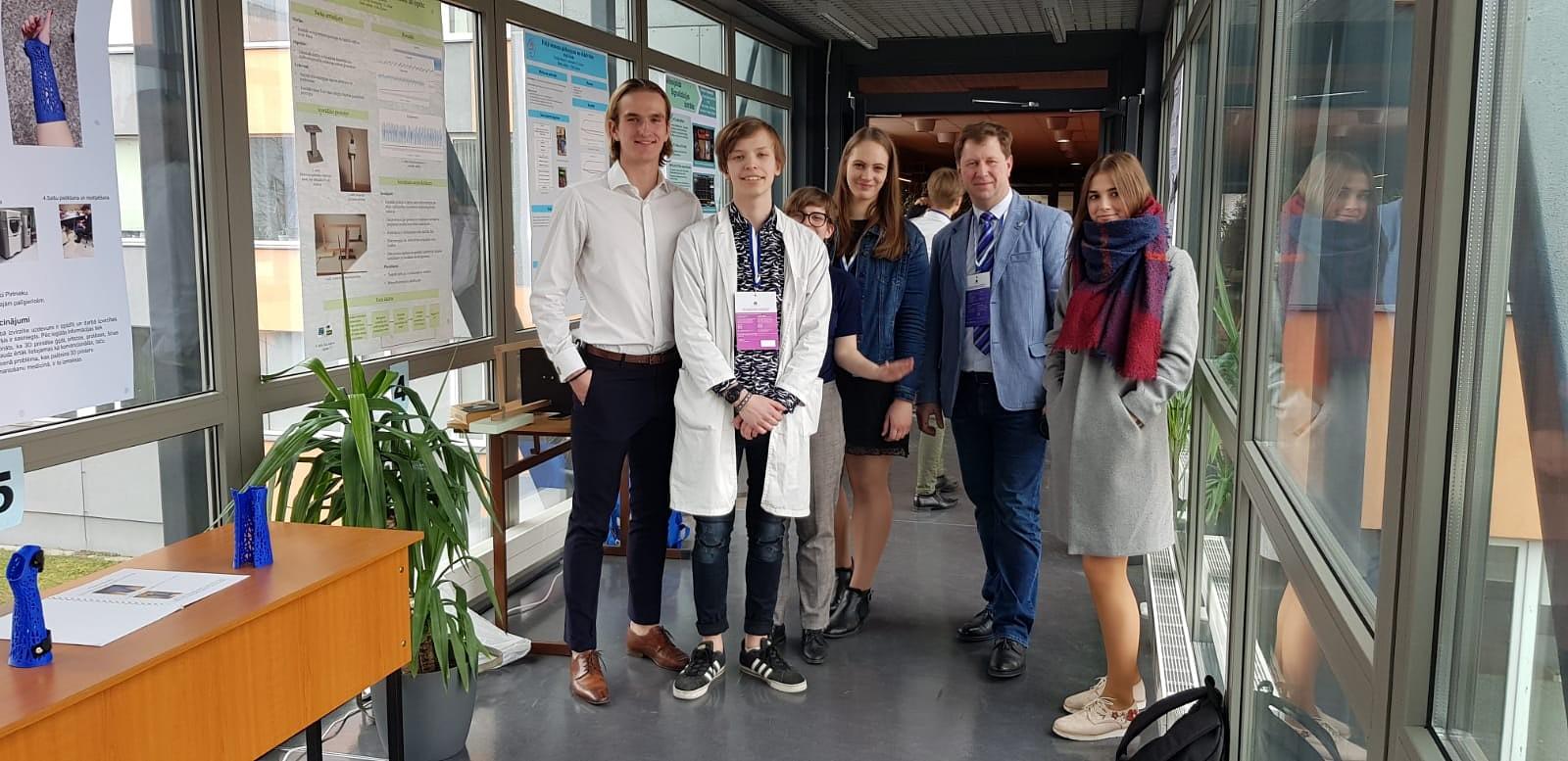 Liepājas skolēni zinātniski pētniecisko darbu konferencē startē ar panākumiem