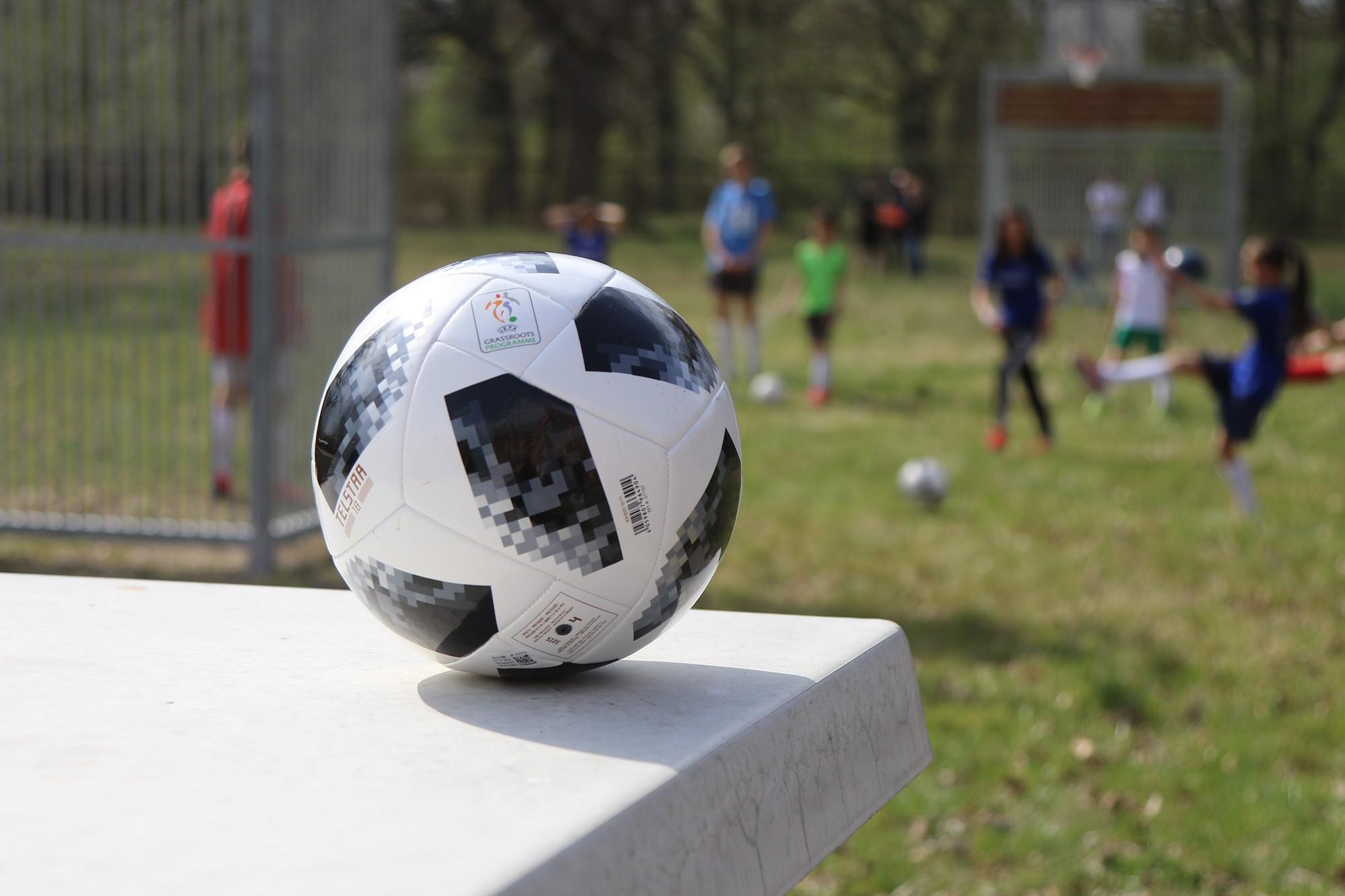 Liepājas bērnu namam uzdāvina futbola vārtus, bumbas un bučus