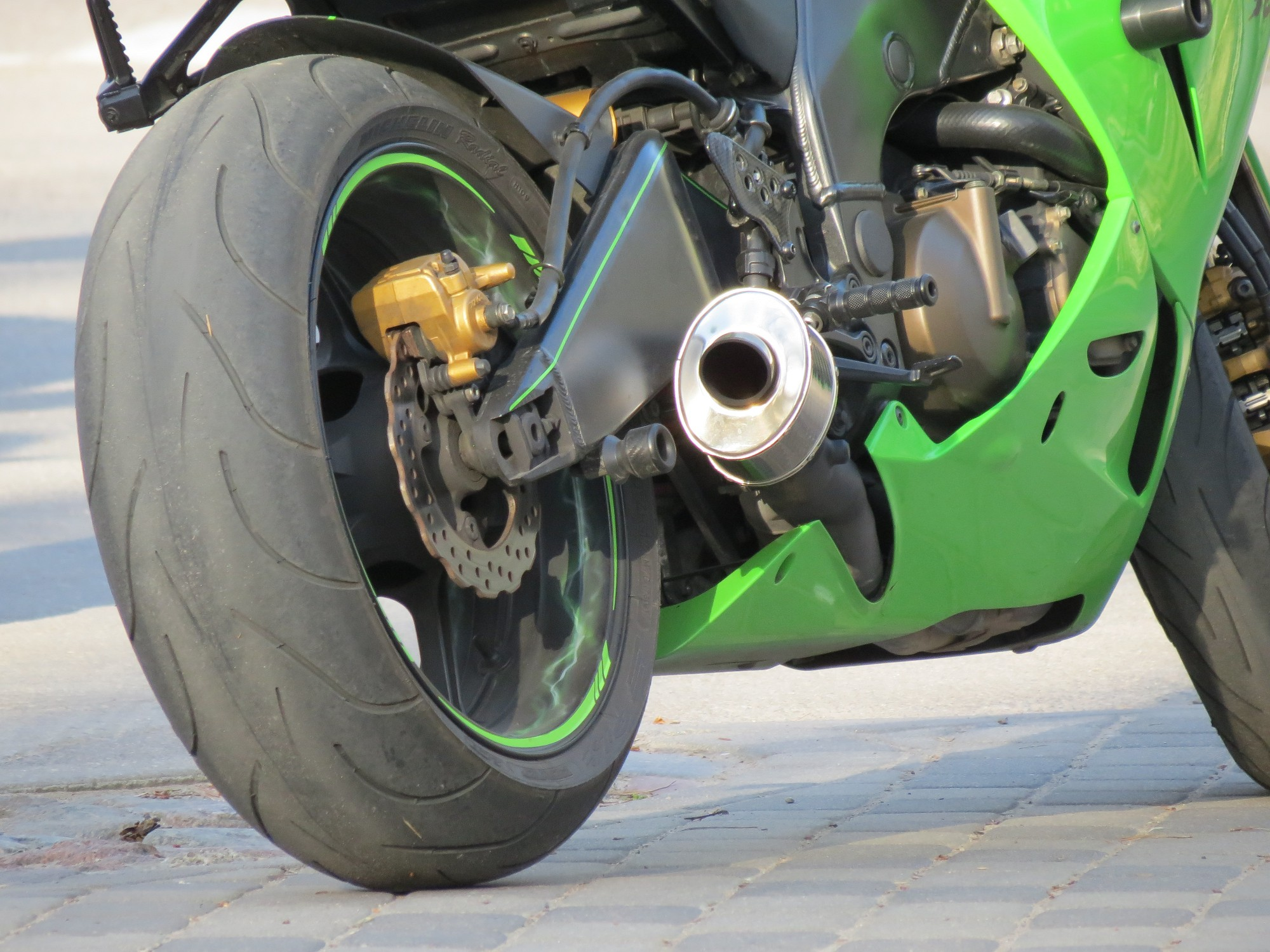 Apkrīt un cieš motociklists