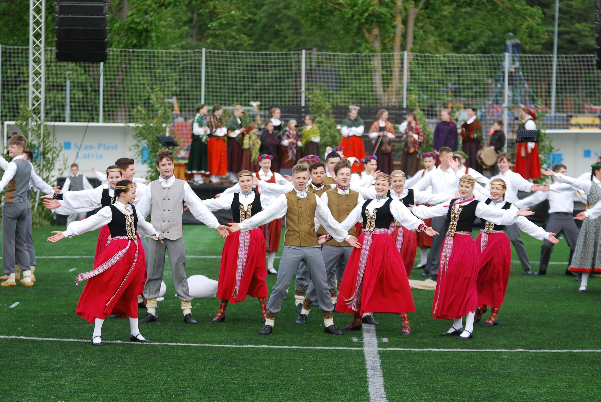 Ģimenes svētku izskaņā – dalībnieku gājiens un tautas deju lielkoncerts