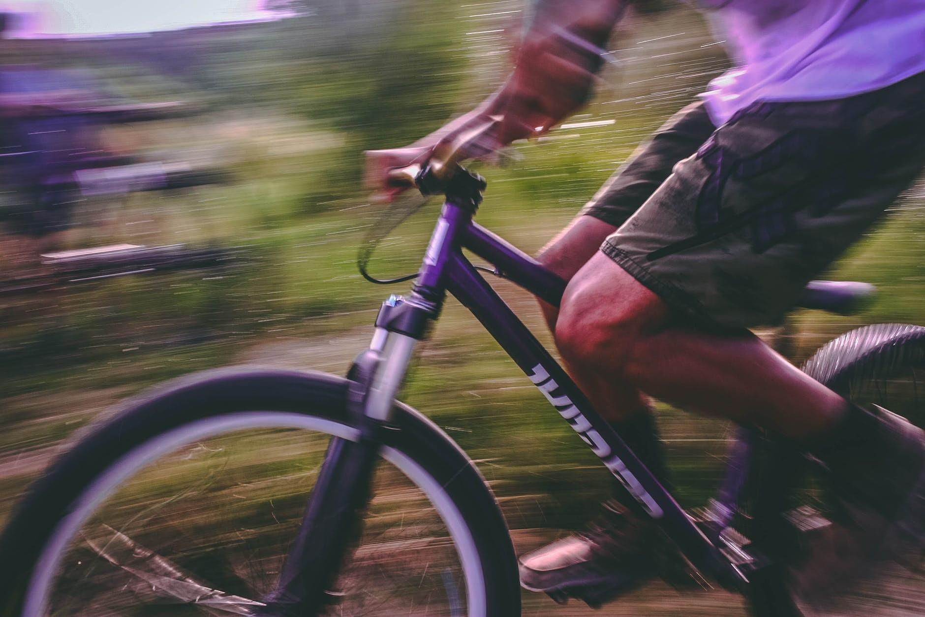 Notriec velosipēdistu un aizbēg