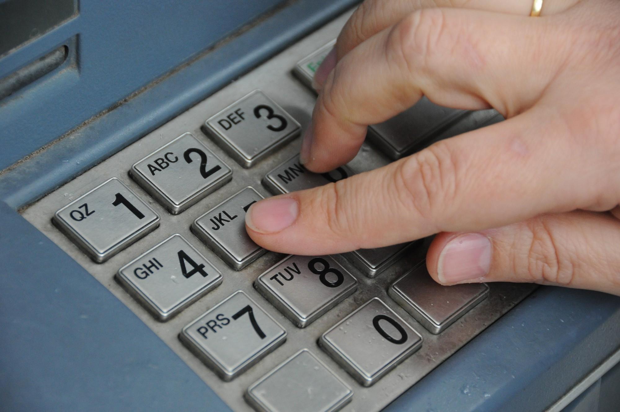 Liepājniekampēc savu bankas datu izpaušanas no konta noņemti 9900 eiro