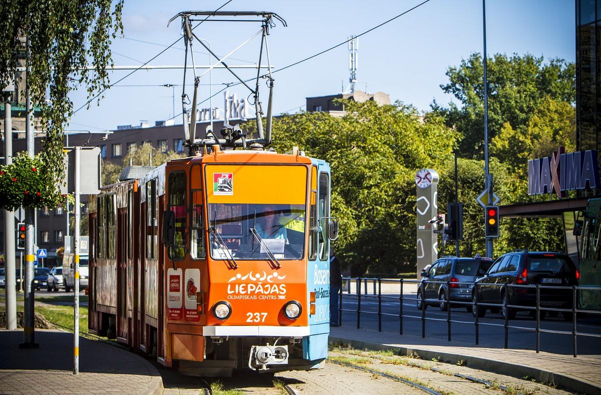 Bērns pakļūst zem tramvaja