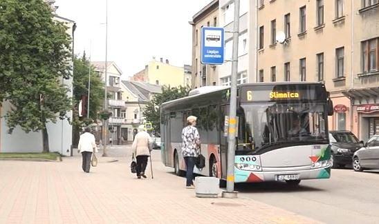 Negrib gaidīt autobusu zem klajas debess