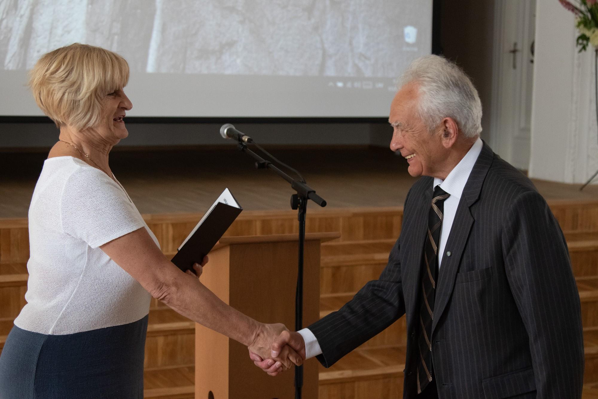 Liepājas Universitātē pasniedz emeritus diplomus
