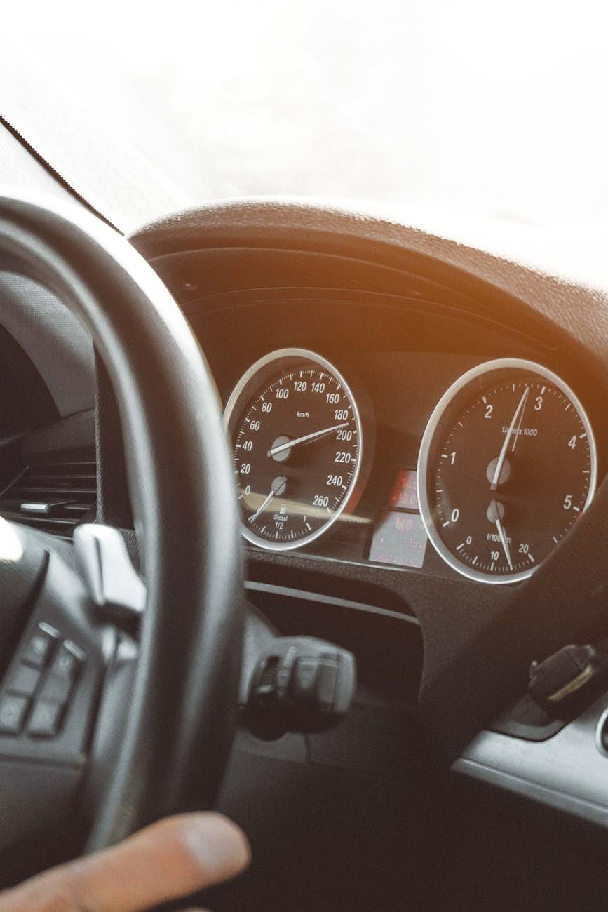Neievēro drošu braukšanas ātrumu