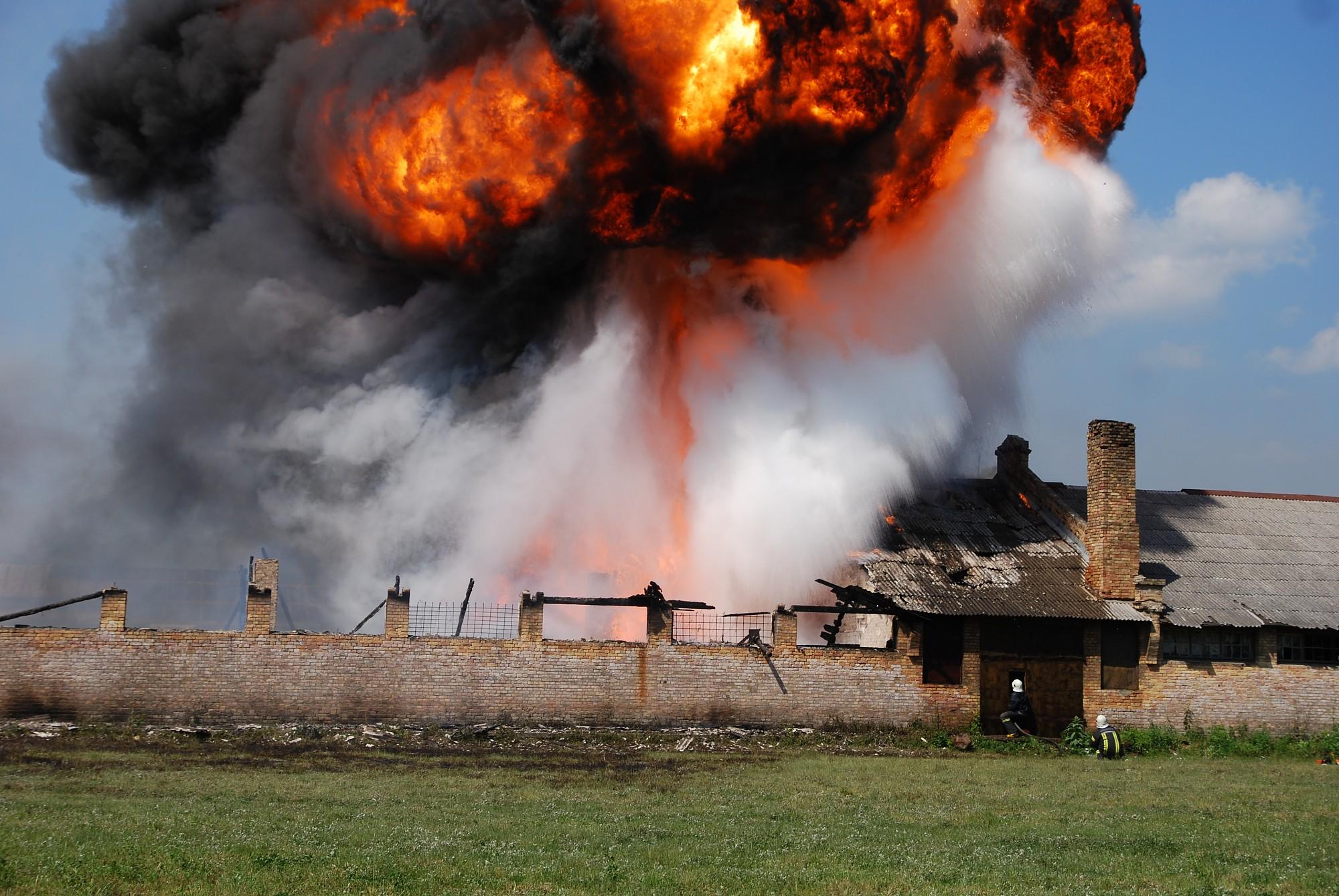 Papildināts – Ģenerāļa Baloža ielā uguns noposta kravas auto remontdarbnīcu, cieš darbinieki un glābēji