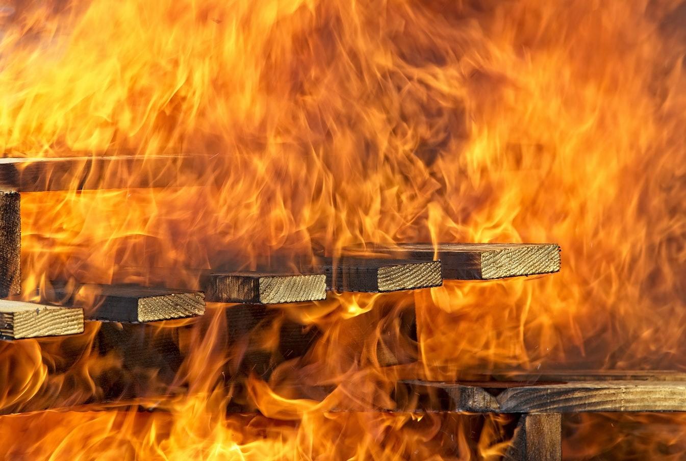 Durbes pagastā dega mājas jumts