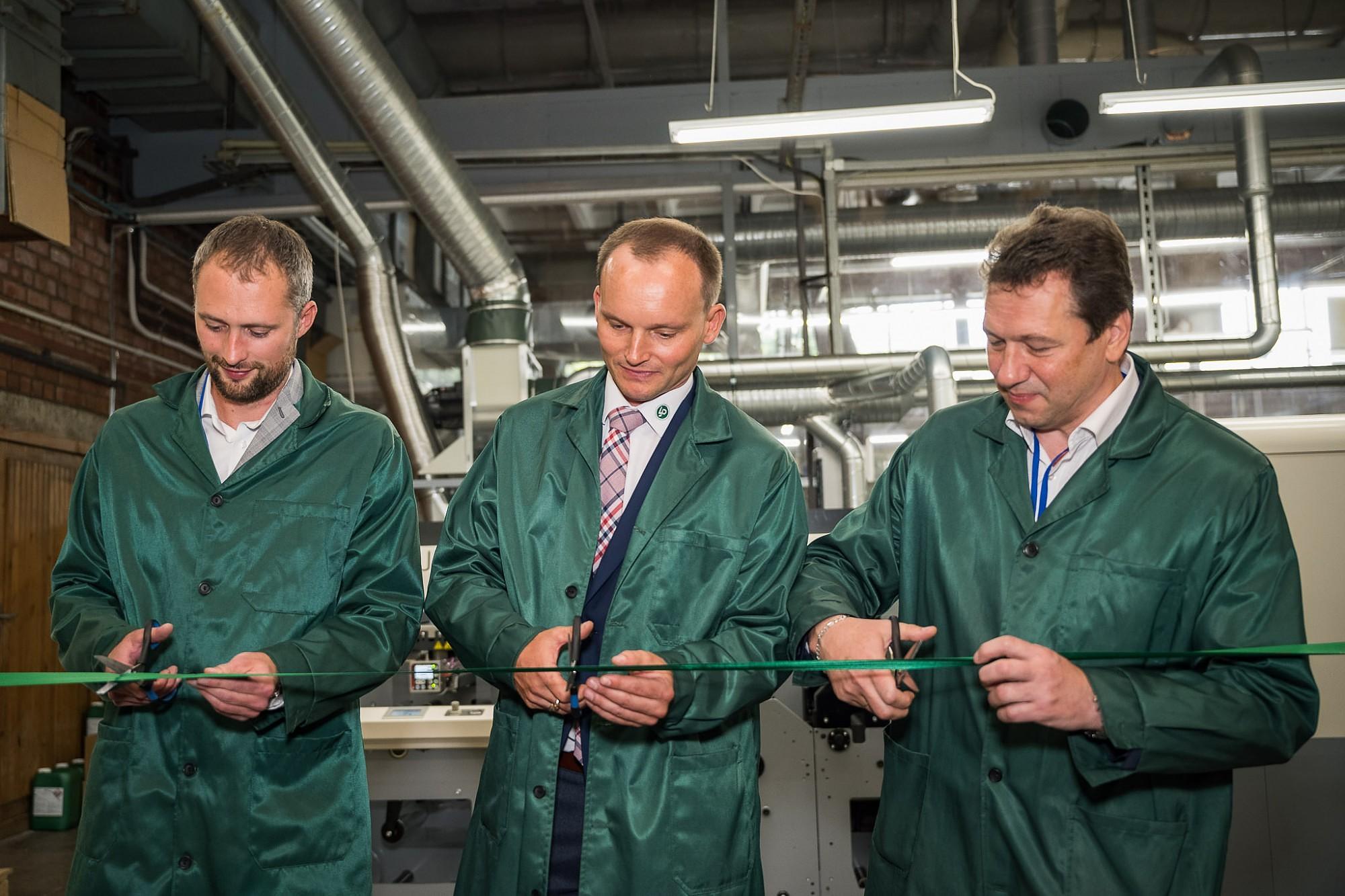 """Uzņēmumā """"Liepājas Papīrs"""" darbu sāk Baltijā pirmā hibrīddrukas iekārta"""